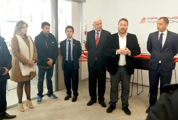 José Luis Soro, segundo por la derecha, durante la inauguración de la sede de Airways Aviation en Huesca / Gobierno de Aragón